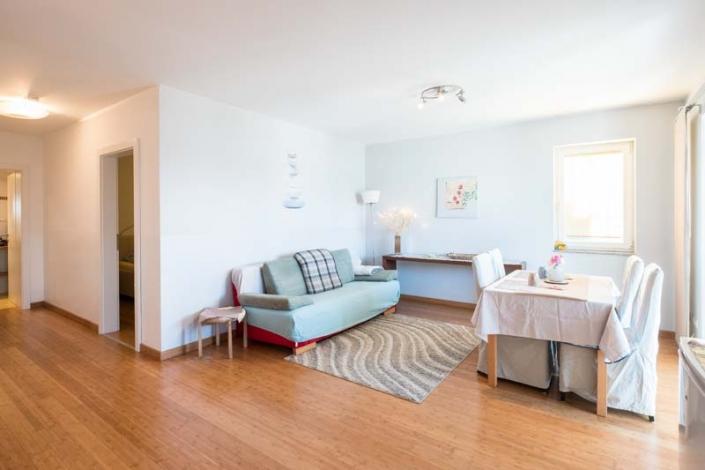 Doppelcouch, Esstisch Apartment 1