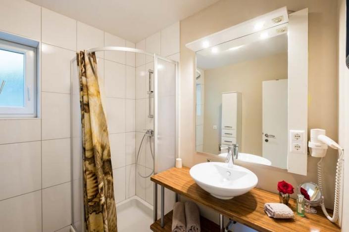 Dusche und Waschbecken Apartment 3