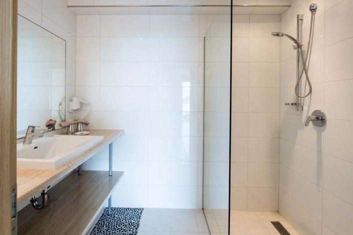 ebene Dusche mit Glasabtrennung Apartment 4